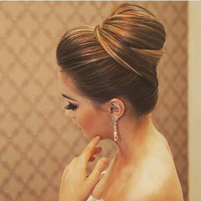 Inspiração linda de penteado que vi lá no ig fofo @noivas_gyn ❤ Acho que esse tipo de coque fica lindo para quem tem mechas no cabelo. Destaca e fica elegante