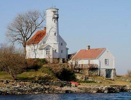 Fyrtårnet, som blir kallet Karmsundets svane, var det tredje fyrtårn som ble bygget i Norge.