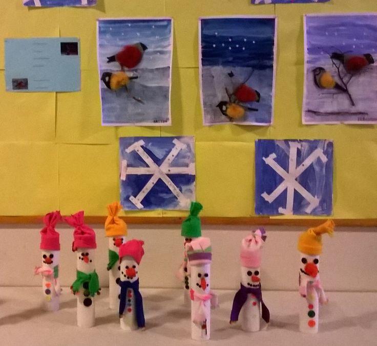 Lumiukkoja ja talvitaidetta. Lumiukot on tehty mallitapettien kartonkiputkiloista. Hattu ommeltu fleecestä, kaulaliinaa on koristeltu helmihapsuilla, napit liimaamalla ja nenä huovuttamalla.