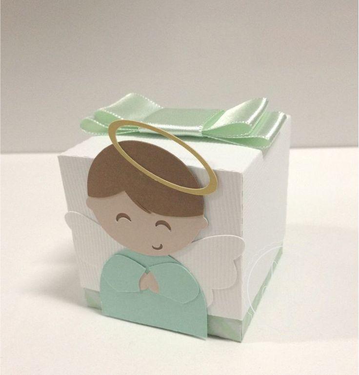 Caixinha em papel de scrapbook fechada para colocar doces ou lembrancinhas, Acabamento com fita de cetim.  Papel dourado da auréola feita em papel metalizado.  ** * NÃO ACOMPANHA GULOSEIMAS.    Medidas 6cm x 6cm    Pode ser feita em outras cores.    ATENÇÃO: Valor do frete não incluso, consulte o...