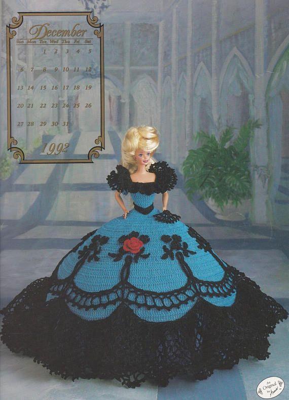 Annie grenier «Miss décembre 1992» Crochet motif brochure #7512 Partie de la Collection cotillon. Un Original par Annie. Publié 1991. Couverture souple. 6 pages de Tri-fold. Motifs recommande du fil de coton taille 10. Fini les robes tenue Barbie (et autres poupées de mode 11-1/2). Motifs comprennent: Forme de coussin Robe Fan de Doucement utilisé, excellent état. Pas écrits, des taches, des déchirures ou des odeurs. Peut présenter des mineur étagère et rangement porter; peut ont ...