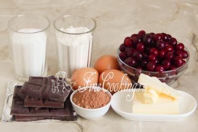 Шаг 1. Для приготовления этой простой и очень вкусной домашней выпечки возьмем качественный темный шоколад, свежую или замороженную вишню, сливочное масло, пшеничную муку, сахарный песок, куриные яйца среднего размера и несладкий какао-порошок