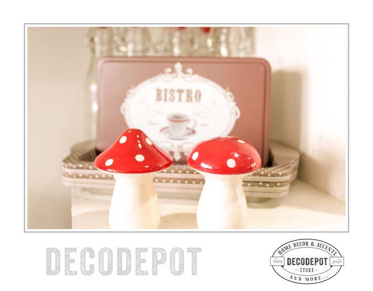 Solniţe de porţelan în formă de ciupercuţe. Mushroom. Salt Shakers. Red and white. Cute. Small. Decorative. Gift. Kitchen. Porcelain. Braşov. România. DecoDepot. Shop Online.
