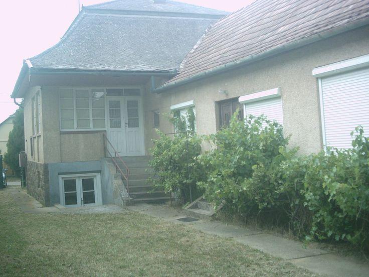 Négyszobás, komfortos családi ház, részben alápincézve, összközműves telken eladó.  A telek végében patak folyik. http://dunahousematraderecske.ingatlan.com/20893452