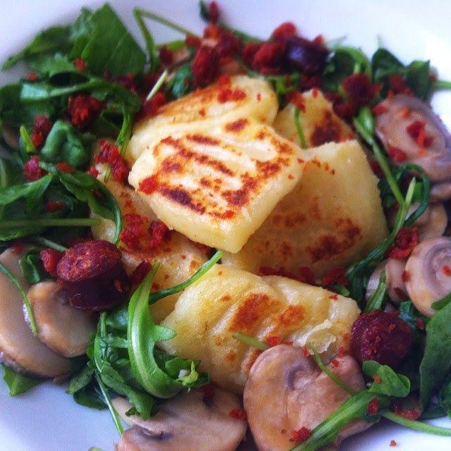 Hozzávalók:     gnocchi: 1 kg burgonya, kb fél kg liszt (igazából annyi, amennyit a krumpli felvesz), 2 tojás sárgája     feltét:...