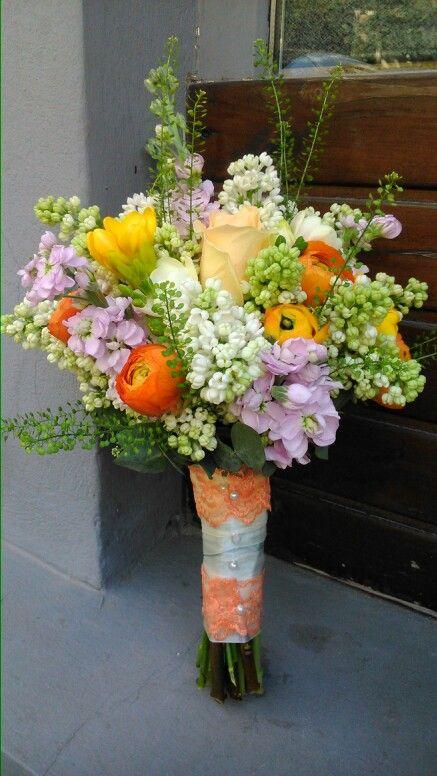 Buchet mireasa cu ranunculus,mathiola,liliac,trandafiri