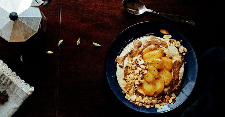 Wystarczy sok z cytryny, mascarpone i kardamon, żeby ze zwykłej kaszy jaglanej zrobić kremowy i kojący pudding na śniadanie.