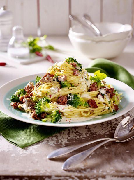 Spaghetti mit Brokkoli und Hack-Kräutersoße Zutaten für 4 Personen: 400 g Spaghetti Nudeln, 500 g Brokkoli, 1 Becher (150 g) Kräuterfrischkäse (z.B. miree Pikante Kräuter), 400 g gemischtes Hackfleisch, 150 ml Gemüsebrühe, 1 kleine Zwiebel, Chiliflocken, 1 EL Öl, Salz, Pfeffer, evtl. Oregano zum Garnieren. Zubereitung: Brokkoli waschen und in sehr kleine Röschen schneiden. Röschen in Salzwasser 3–4 Minuten garen. Abgießen und unter kaltem Wasser kurz abschrecken. Zwiebel schälen und fe...