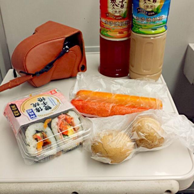 レシピとお料理がひらめくSnapDish - 1件のもぐもぐ - On Taiwan's HSR train heading from Taipei  towards Taichung. Bought small bites for breakfast from 7 11 store. Unagi and Ham & Egg rice rolls, cheese and spicy  by gen