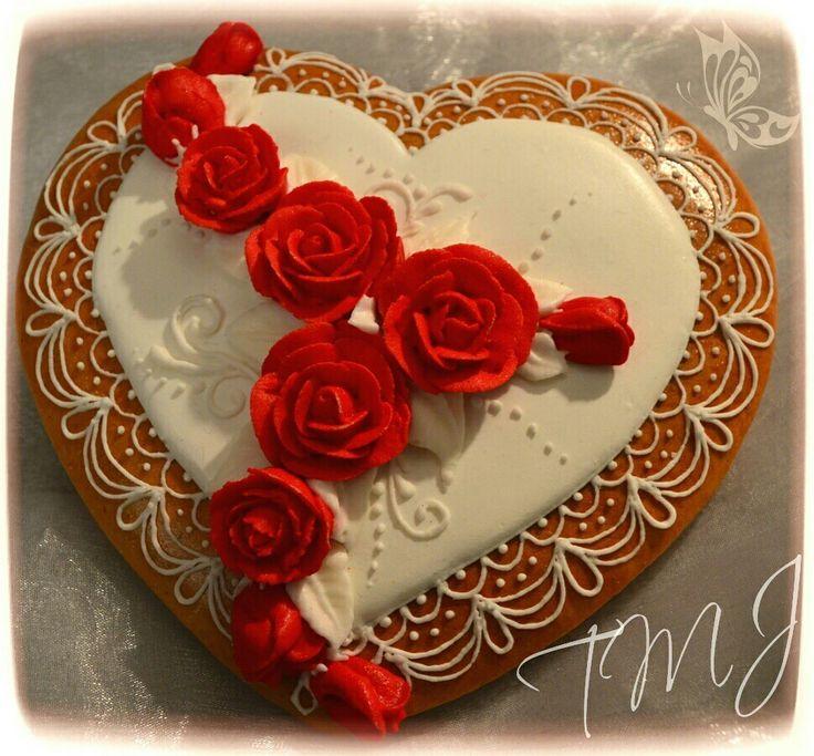 Big gingerbread heart with red roses./ Nagy szív mézeskalács vörös rózsákkal és finom csipkével díszítve.