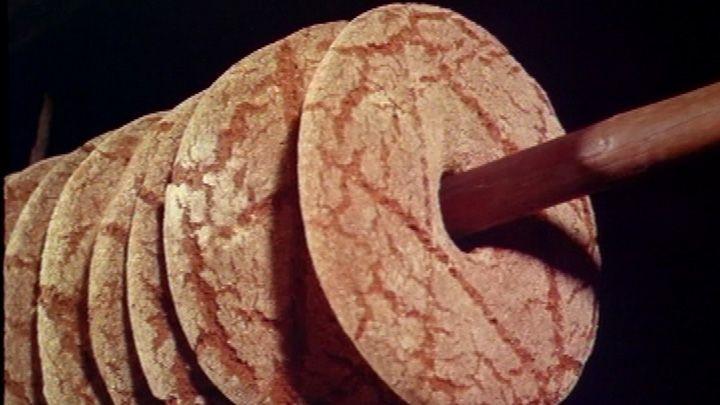 Ruisleipä, suolakala ja piimä ovat olleet suomalaisten perusravintoa vuosisatojen ajan. Ruis tunnettiinkin jo kivikauden Suomessa.