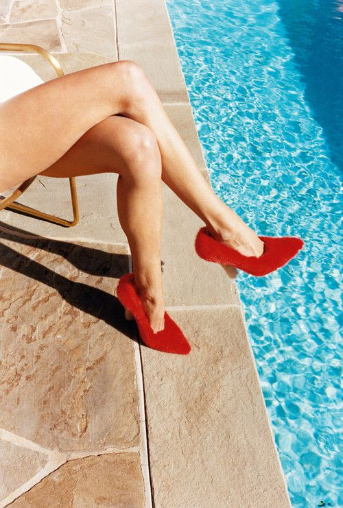 La piscine et des escarpins Celine.