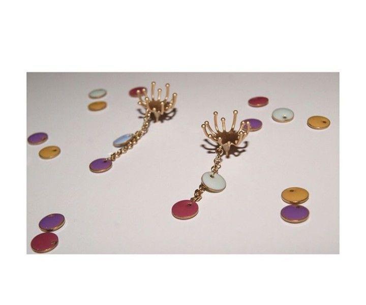 * CONFETTI * Sé festiva. Sé Confetti   R E B A J A S  ¡Elige tu combinación favorita! Antes 9€  Ahora 7'65€ .  Diseños propios hechos a mano. ⚠ Información sobre alérgenos: Perno con flash de oro. . . . . . . 9 #moda #pendientes #joyas #accesorios #regalo #gift #rebajas #sales #giftidea #elegante #boda #novia #love #cute #fashion #style #regaloperfecto #invitadaperfecta #instagood #photooftheday #beautiful #bisuteria #jewelry #invitada #earrings #picoftheday #instajewelry #oro #gold