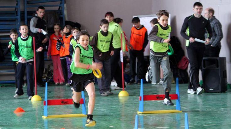 Aquì podemos ver algunos chicos que practican deporte a la escuela