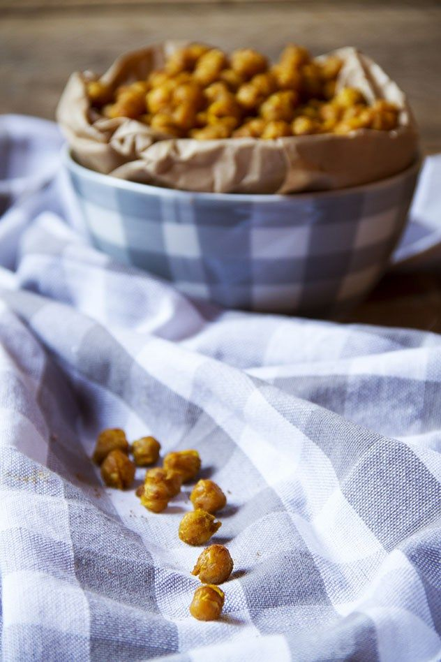 I ceci croccanti, speziati, si preparano in soli 20 minuti così da poter offrire un aperitivo al volo o magari gustare uno snack insolito.
