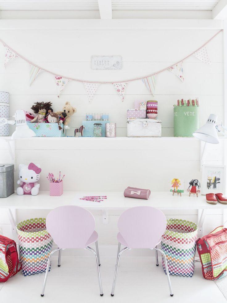 Rommets symmetriske inndeling gir det et ryddig og demokratisk uttrykk. To like stoler, søppelkurver, skrivebordslamper, senger og vegghyller deler rommet i to og lager et usynlig skille mellom de to delene. Idé! Lag plass: Lakker en skrivebordsplate og fest den til veggen med hylleknekter, så sparer du gulvplass.