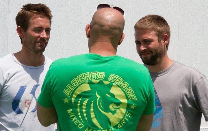 Imagem dos irmãos de Paul Walker com Vin Diesel no set de 'Velozes e Furiosos 7' >> http://glo.bo/1ibP6Cs