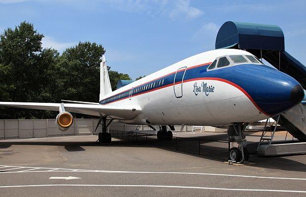"""Два частни самолета собственост на Елвис Пресли – """"Лиза Мари"""" и """"Хаунд дог II"""", ще бъдат продадени на търг. """"Лиза Мари"""", кръстен на дъщерята на Краля на рока, бил закупен през 1975 г. Той е ремонтиран и включва голяма кабина с легло в цял размер и конферентна зала. Нито един от двата самолета не става …"""