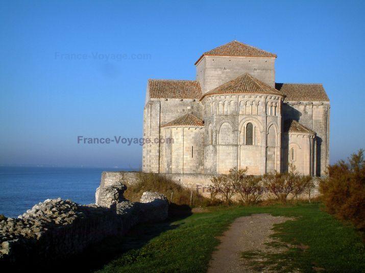 Talmont-sur-Gironde: Kerk van St. Radegund, nieuwe stijl, met uitzicht op de Gironde -