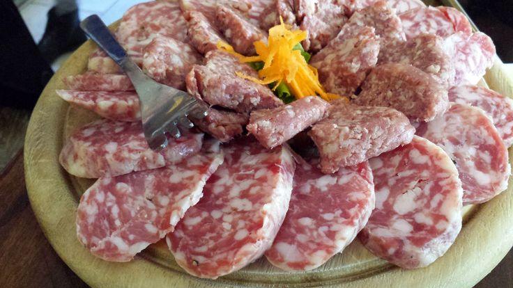 """salumi e formaggi tipici in particolare il """"Salam della Duja"""" un insaccato tipico di Novara che prende il suo nome dal contenitore, la duja appunto, dove viene lasciato a maturare. Carni suine di prima scelta (spalla, coscia, coppa e culatello) vengono macinati insieme a grasso di pancetta, e conditi con sale, pepe, aglio e vino rosso. Il salame, insaccato in budello di manzo, viene fatto maturare nella duja coperto da strutto fuso che gli consente di restare morbido a lungo."""