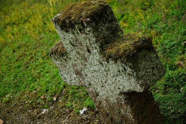 Môže obec zakázať ukladať na hroby vence, kytice a svietniky? Čo na to hovorí právnik?