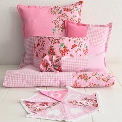 Pink! Complete set: kussens, dekbed, wandlampje, kruikenzak, vlaggenlijn met naam. Je ontwerpt het gemakkelijk zelf in onze shop