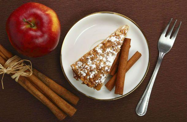 Ha nem akarsz túl sok időt édességre várni, akkor süss almás-fahéjas bögrés sütit.