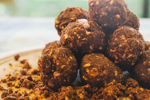 Bliss balls are a delicious treat and they're great for a quick energy pick-me-up when you're on-the-go or you're spending the day out in nature.Like all sweet treats, these bliss balls are best enjoyed in moderation. While naturally...