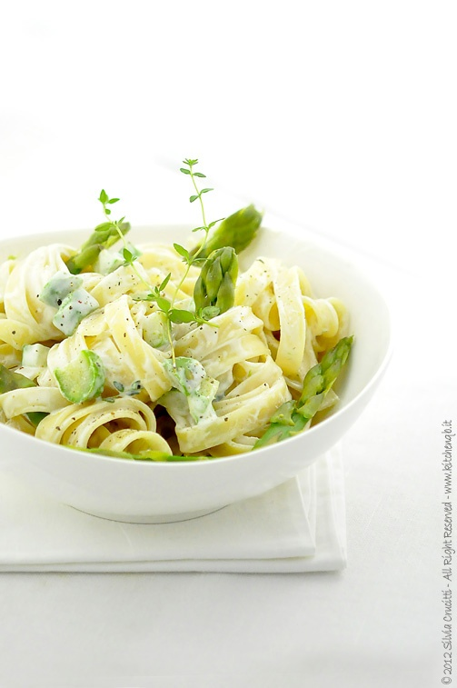 Tagliatelle with asparagus, ricotta cheese and almonds  Tagliatelle 380/400  10 medium size asparagus  200g ricotta  50g grated Parmesan cheese  80g ground almonds  Freshly ground black pepper  a few sprigs of thyme