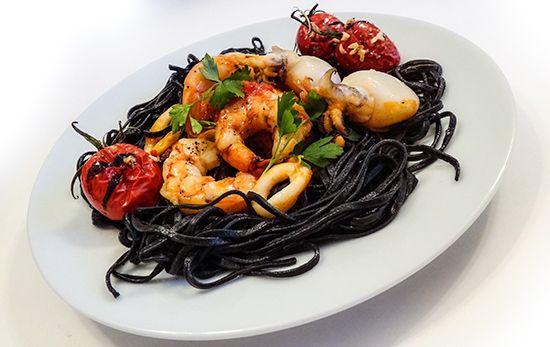 Черная паста с морепродуктами: креветками, мидиями, каракатицами, кальмарами и вкуснейшими помидорами (Pasta Nera ai Frutti di Mare)