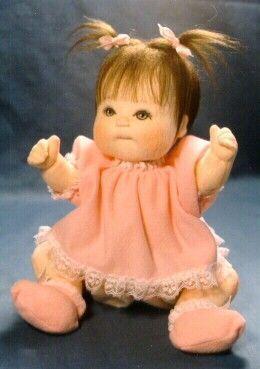 Preciosa y realista muñeca de tela. Parece un bebé casi real, la carita, el pelo, manos ect con muchos detalles bastante realistas, es por eso que los patrones de esta muñeca son mas apropiados para expertos en este gran arte del mundo del muñeco. Fuente: http://www.livemaster.ru/ Patrón de muñeco bebé con chupeteMuñeco bebé bonito con …