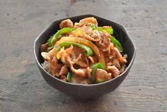 いちばん丁寧な和食レシピサイト、白ごはん.comの『簡単美味しい豚丼の作り方』を紹介する和食レシピページです。豚肉にたっぷりの玉ねぎとピーマンを合わせて、少し甘辛いご飯がすすむ豚丼に仕上げます。写真付きで詳しく紹介していますので、ぜひお試しください!