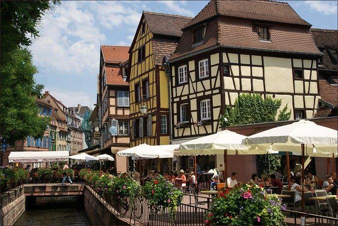 """「ハウルの動く城」で、ハウルとソフィが過ごした場所と言われているのが、フランス・アルザス地方の町「コルマール(Colmar)」。実際に、映画の冒頭に登場していた""""プフィスタの家""""や町の看板など、映画そっくりな場所がたくさんあります。街並み自体もかわいいので、ジブリファンでなくとも楽しめる素敵な町になっています。"""