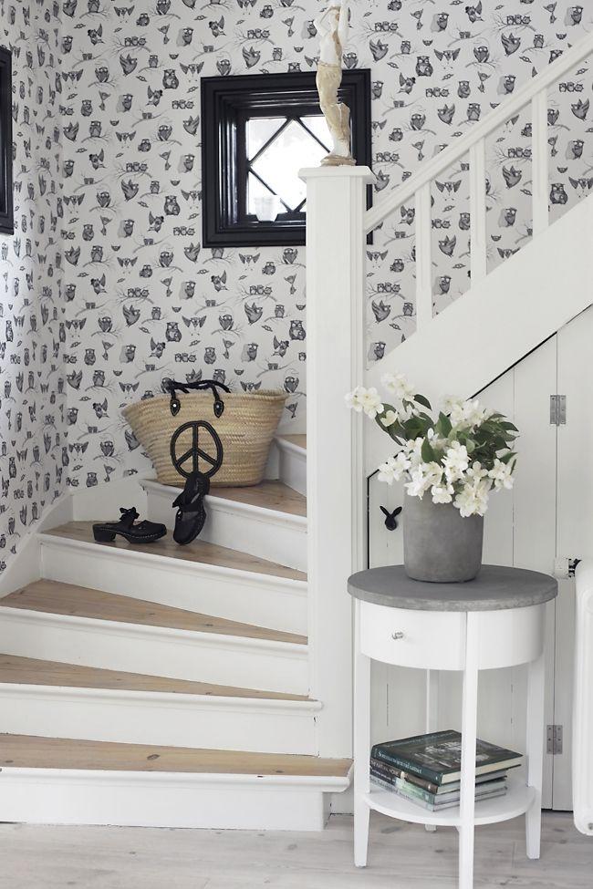 vit trappa med trästeg