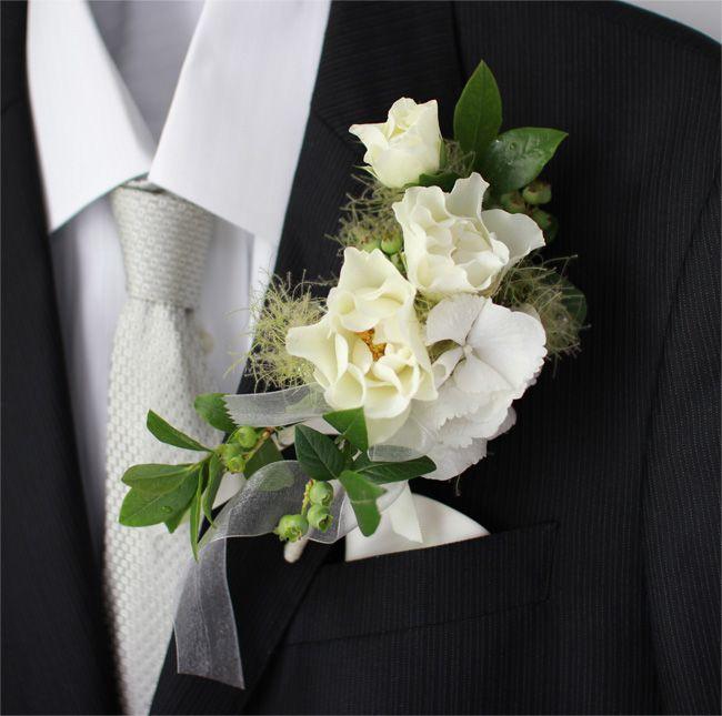 ★ウェディングブートニア かつて、ヨーロッパでは、男性が野に咲く花を摘み花束にして、愛する女性に結婚を申し込み、女性はその結婚の申し出を受けるしるしに、花束から一輪を抜き取り男性の胸ポケットにさしたといいます。 そんな逸話から生まれたブートニア。一生で最も輝く日のお二人をロマンチックに彩ります。 ご希望の花材や雰囲気など、ご要望に合わせておつくりします。 5,000円(税別)/高さ12cm 幅8cm #kusakanmuri