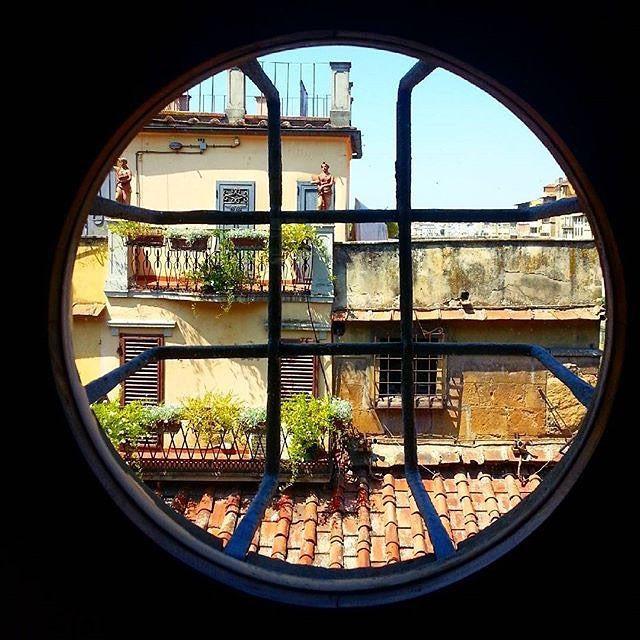 Buongiorno Firenze! Un passaggio segreto che attraversa la città e offre scorci particolari. Questo è ...? Photo by @florencewithflair #firenze