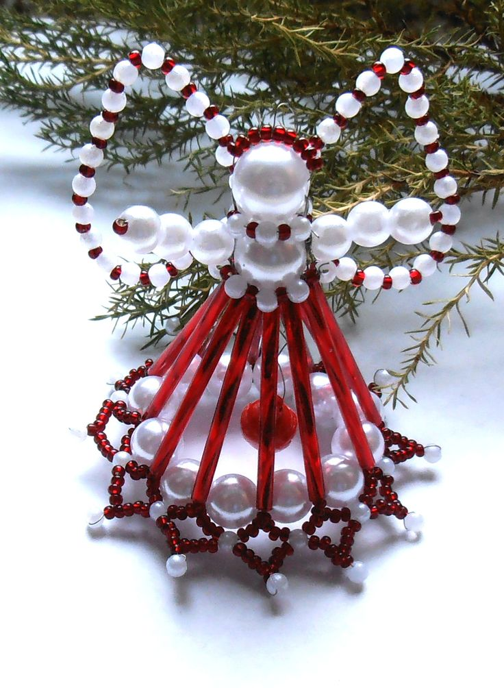 Vánoční andílek červeno-bílý zvonící Andílek je vyrobený ze skleněných korálků, tyčinek a rokailu v bílé a červené barvě, uprostřed funkční rolnička. Výška6 cm s křídly.Andílek je vhodný na postavení i pověšení či jako drobný dárek pro Vaše přátele. Pokud by jste si přáli vytvořit více kusů neváhejte mě kontaktovat, pokud budu moci ráda ...