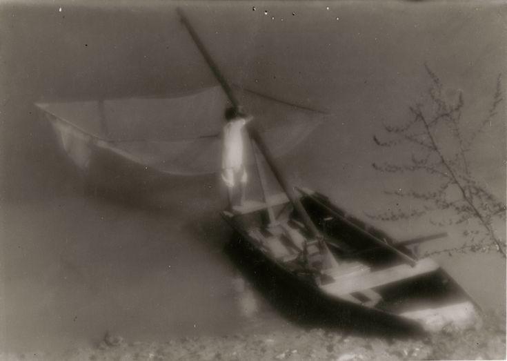 Halász csónakkal, 1930-as évek (a Magyar Nemzeti Múzeum tulajdona)  Fotó: © Vadas Ernő