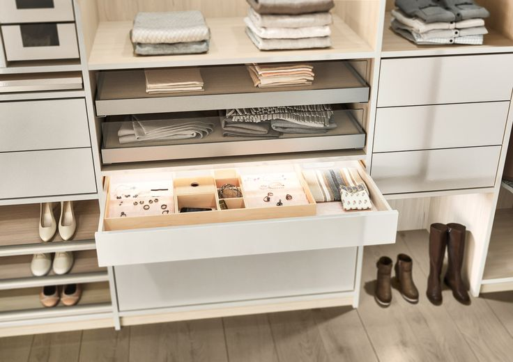 Ein begehbarer Kleiderschrank von CABINET bietet reichlich Platz für die liebsten Schätze.