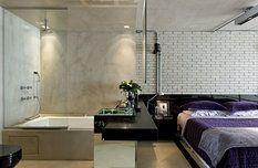 Vana byla majitelovým výslovným přáním, oddělena je skleněnou stěnou i oboustranným zrcadlem u stropu