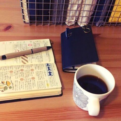 2017.4.8 sat ☔️ ・ ・ 少しの時間でも惜しいこの頃。 授乳の際に片手が空くので、家事手帳をその時にさっと書ける大きめのものに変えたくて考え中。 今家事手帳として使っている小型版だと片手で書くのは無理なので(´ー`) ・ #アクロボール にすっかりハマってしまった!しかも0.7太い! 以前は油性ペンも太字も苦手だったのに! 好みや紙との相性でペンを選ぶけど、最近はもはや以前に比べたらなんでもいい‥ 適当な自分の字を受け入れられるようになりました(。・ω・。) ・ ・ #手帳 #手帖 #能率手帳ゴールド #能率手帳 #能率手帳小型版 #コーヒー #マリメッコ #diary #planner #journal #marimekko #coffee #coffeebreak