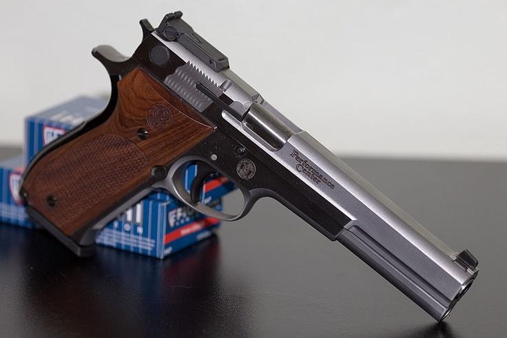 Smith & Wesson model 952 Performance Center target pistol ...