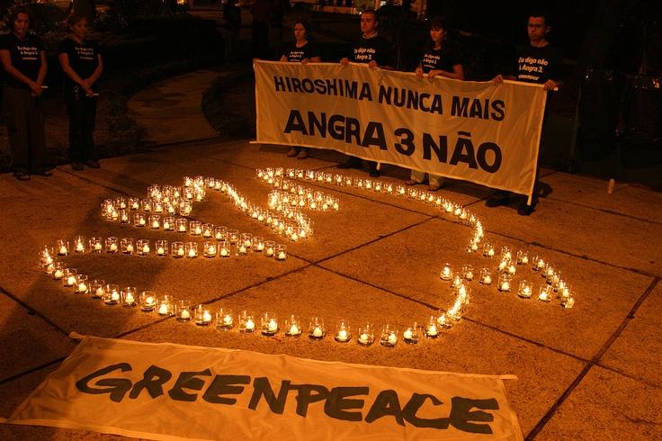 """2005 - Hiroshima nunca mais    Protesto em memória às vítimas de acidentes e ataques nucleares. Foi realizada uma vigília de ativistas na Praça da Sé, em São Paulo (SP), além de fazerem o apelo """"Angra 3 não!"""". (©Greenpeace/Rodrigo Baleia)"""