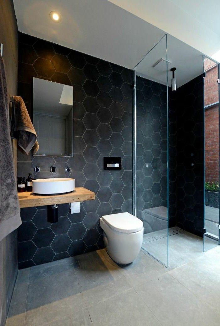 On aime les tuiles de céramique hexagonales au mur de cette salle de bain!