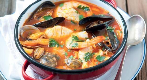 Soupe du Pêcheur au Safran Les ingrédients : 1 litre de soupe de boisson en bocal 4 pavés de poisson blanc loche 500 g de moules 500 g de palourdes 8 grosses crevettes surgelées 1 petit bouquet de persil plat 2 dosettes de safran 10 cl de vin blanc sec 100 g de blanc de poireau 1 gousse d'ail 1- 2 cuil. à soupe d'huile 1 pointe de couteau de piment moulu La recette : Faites dégorger les palourdes 20 min dans de l'eau froide salée. Faites décongeler les crevettes. Nettoyez les moules. Dans…