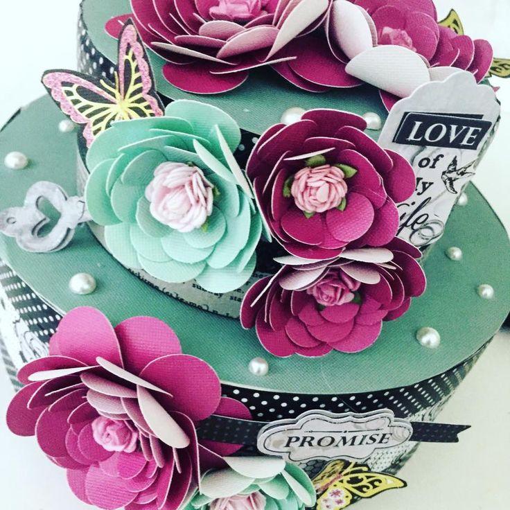 flores de papel feitas com furadores para decorar bolo cenográfico
