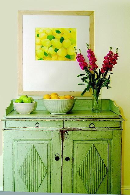 Rustykalna stylizacja szafki, zieleń i mocne przecierki.