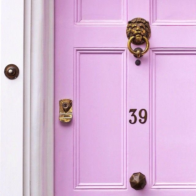 Девять важных аспектов жизни или зоны в квартире по фен-шуй http://happymodern.ru/zony-v-kvartire-po-feng-shui/ В теории фен шуй считается, что старые входные двери нежелательны, но их всегда можно обновить с помощью декора. Для усиления баланса разных начал рекомендуется покрасить дверь в красный или другой подходящий яркий цвет, или установить золоченую фурнитуру. Это позволит доминировать энергии Шен-Ци Смотри больше http://happymodern.ru/zony-v-kvartire-po-feng-shui/
