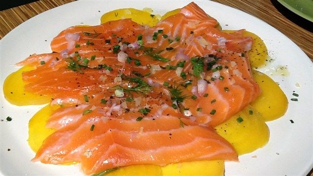 Pour 4 personnes en entrée Temps de préparation : 10 à 15 minutes Temps de cuisson : 2 à 4 minutes Ingrédients 2 betteraves jaunes cuites (taille moyenne à grosse) 500 g de saumon frais Sel et poiv…