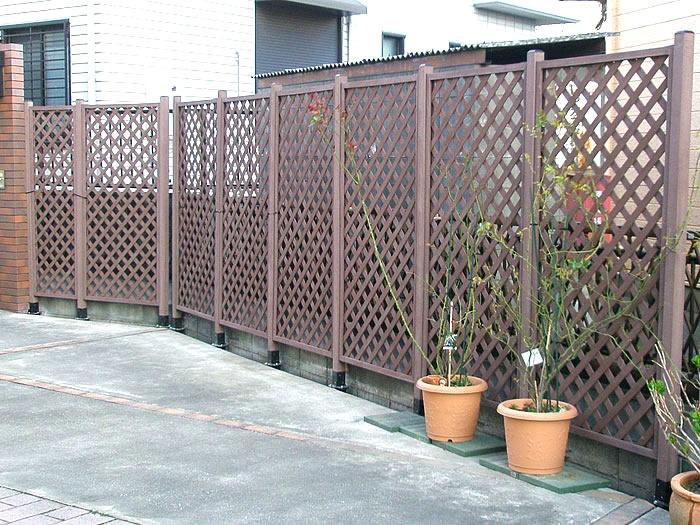 埼玉県にお住まいのお客様宅にて、フェンス沿いの仕切りとして、人工木ラティスとポストを活用していただきました^^固定には、「土中用固定金具」と「耐久性抜群のインシュロック」を使用しております♪